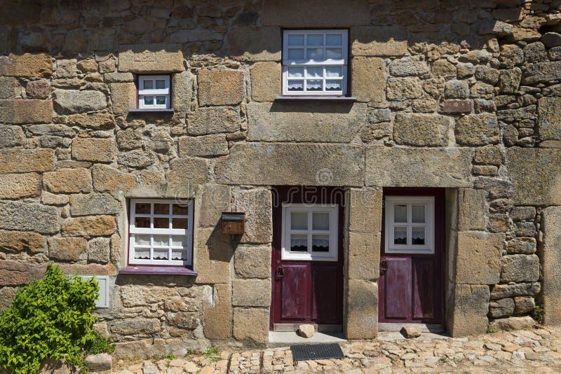 Dettaglio della facciata di una casa tradizionale fatta della pietra nel villaggio storico di Castelo Mendo, nel Portogallo fotografie stock