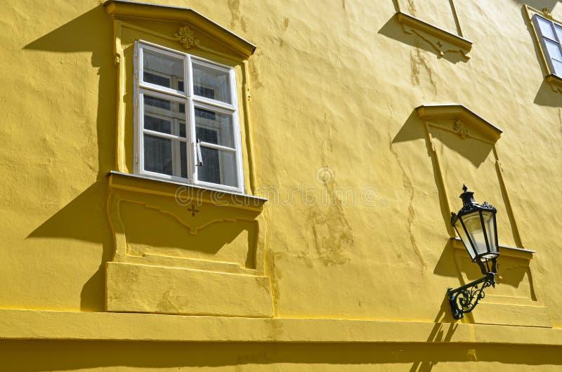 Dettaglio della facciata gialla di costruzione storica nella vecchia città di bella Praga, repubblica Ceca Fotografia dorata di o fotografia stock