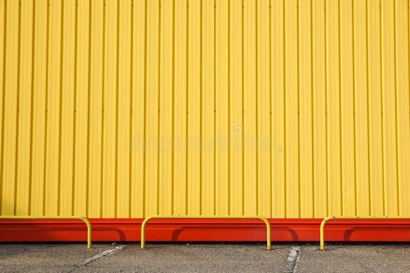Dettaglio della facciata luminosa della costruzione del metallo giallo Per fondo immagine stock