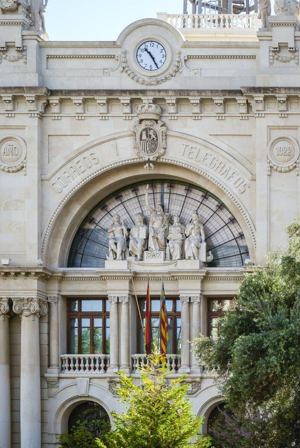 """Dettaglio della facciata principale dell'ufficio postale centrale in Plaça de l """"Ajuntament a Valencia, Spagna fotografie stock libere da diritti"""