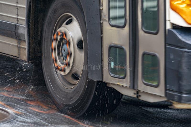 Dettaglio della gomma del bus della vettura mentre piovendo a New York fotografie stock