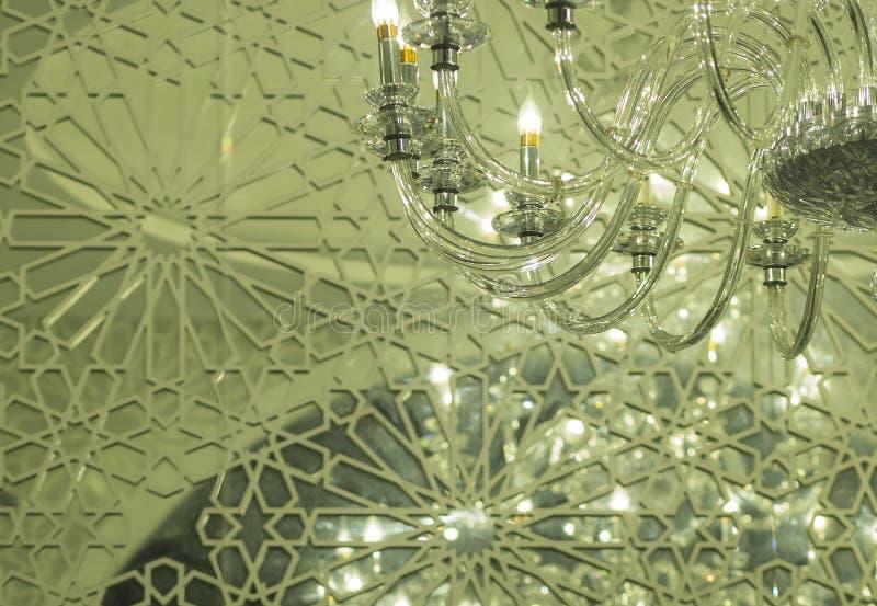 Dettaglio della lampada di vetro con le candele elettriche fotografia stock