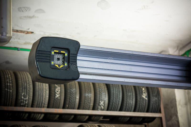 Dettaglio della macchina fotografica della macchina di allineamento di ruota immagine stock