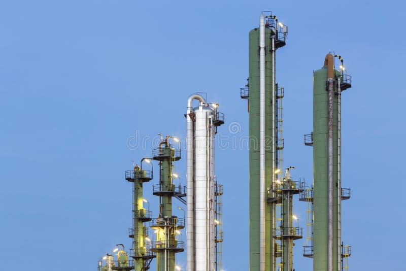 Dettaglio della raffineria di petrolio alla notte immagini stock libere da diritti