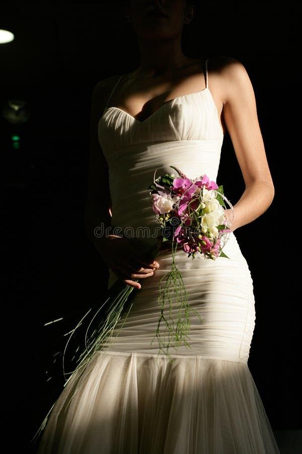 Dettaglio della ragazza con il vestito da sposa e mazzo dei fiori 2 immagini stock