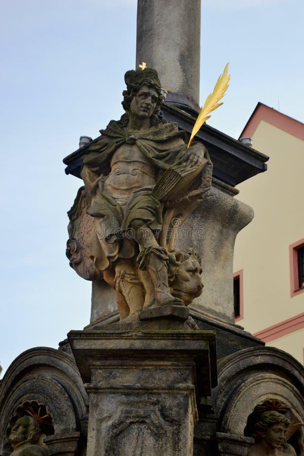 Dettaglio della statua della colonna di peste, quadrato di Svornosti, krumlov cesky della piazza fotografia stock