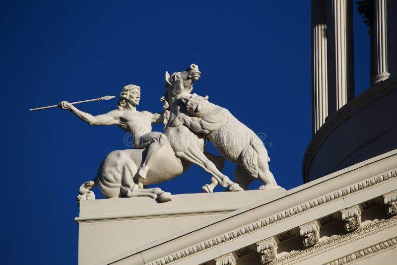 Dettaglio della statua sopra la costruzione del capitale dello Stato di California immagine stock libera da diritti