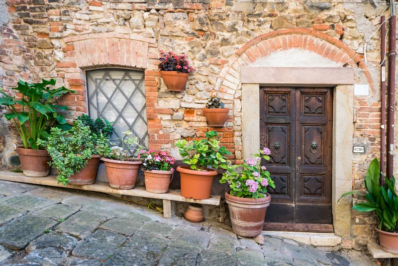Dettaglio delle case di pietra in un vicolo di un villaggio toscano antico fotografie stock libere da diritti