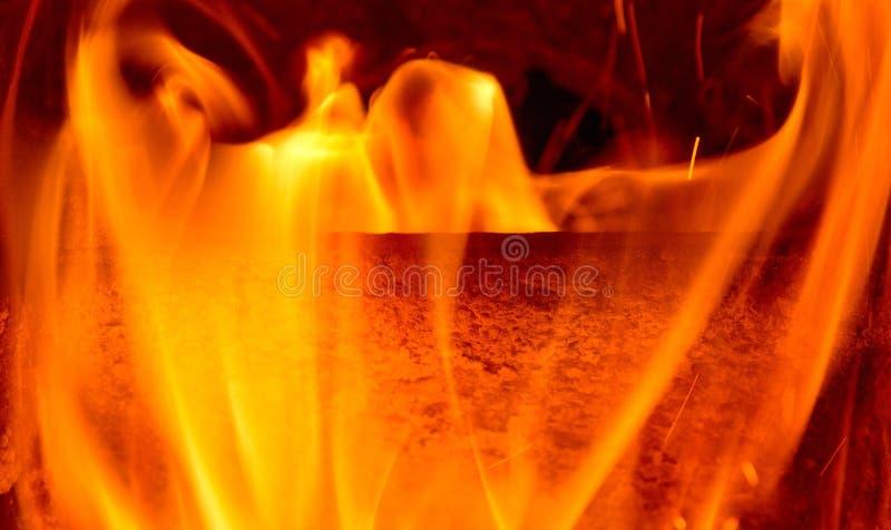 Dettaglio delle fiamme del fuoco Il concetto di riscaldamento della casa immagine stock libera da diritti