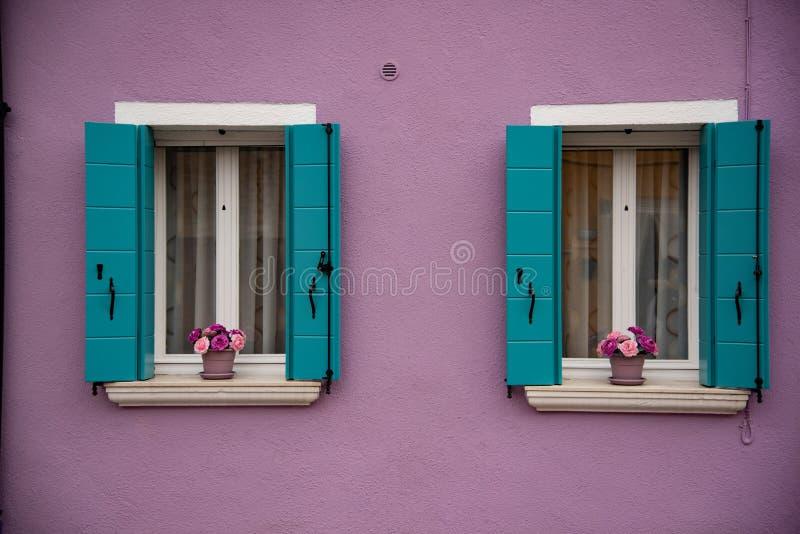 Dettaglio delle finestre e della porta dipinta variopinta, isola di Burano, Venezia, Veneto, Italia, Europa immagine stock
