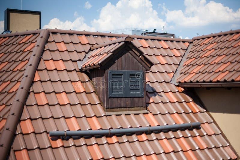 Dettaglio delle mattonelle di tetto di sovrapposizione su una nuova configurazione immagine stock libera da diritti