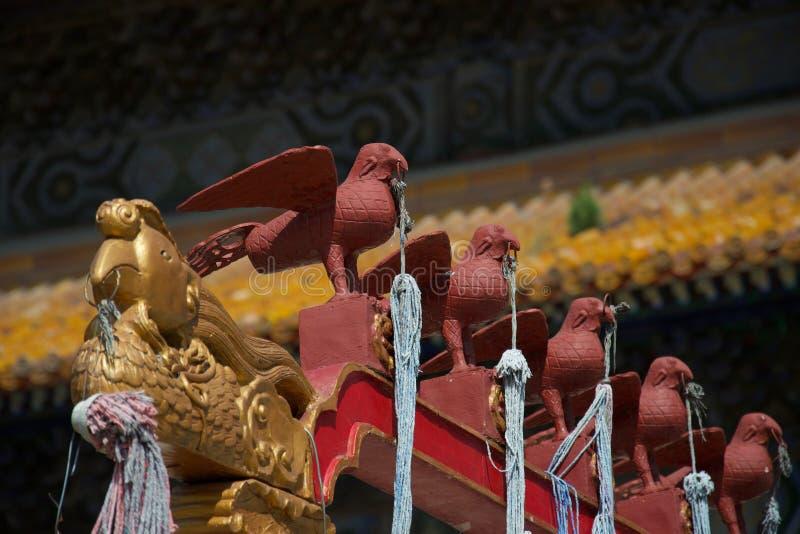 Dettaglio delle sculture cinesi dell'uccello che tengono i cavi immagine stock