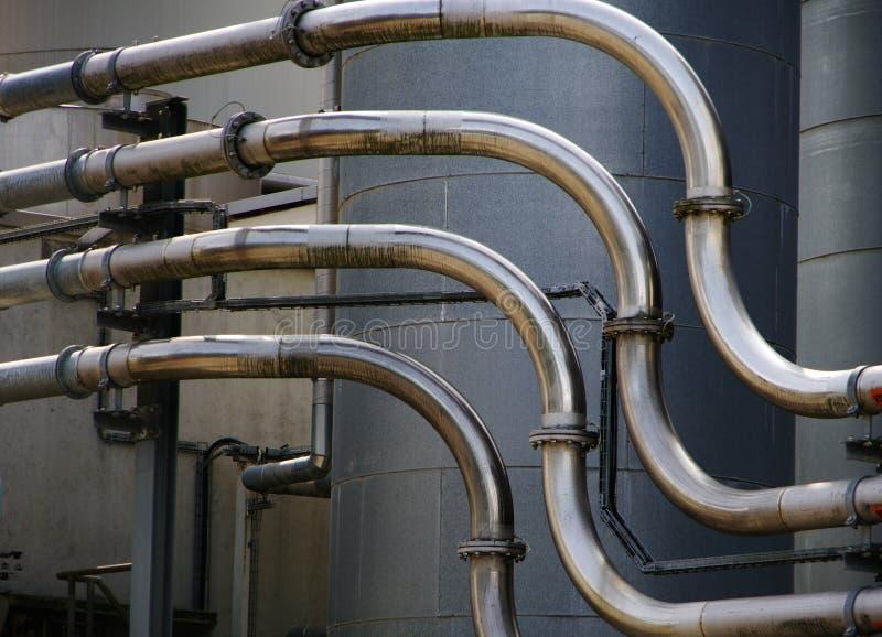 Dettaglio dello stabilimento chimico con i tubi dell'acciaio inossidabile fotografia stock