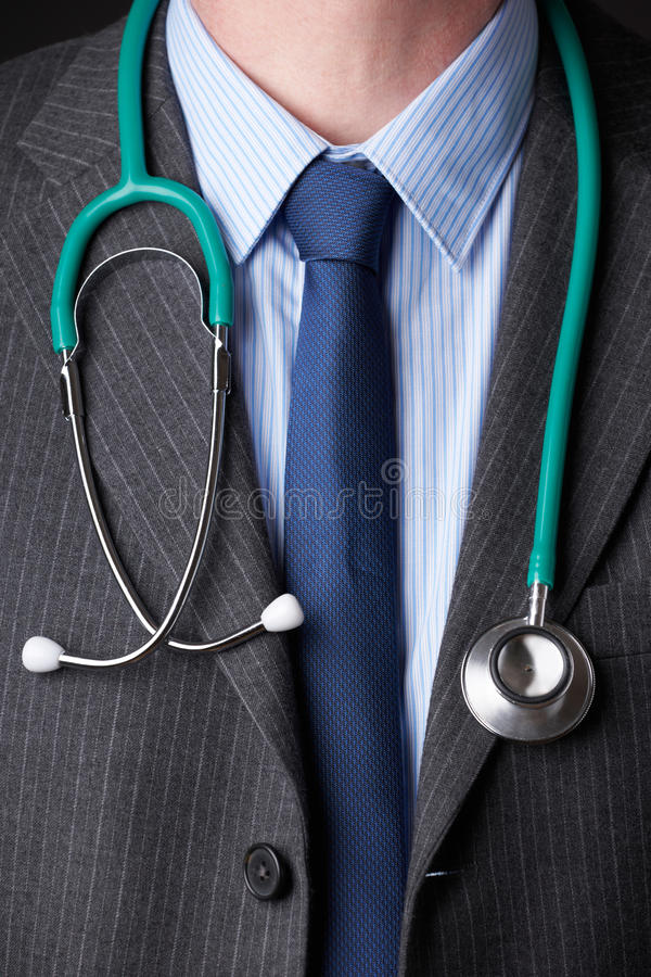 Dettaglio dello stetoscopio del dottore Wearing Suit With intorno al collo fotografia stock libera da diritti