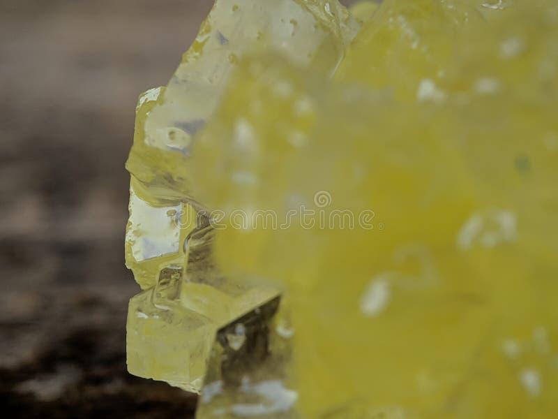 Dettaglio dello zucchero marrone della roccia sul macro colpo immagine stock libera da diritti