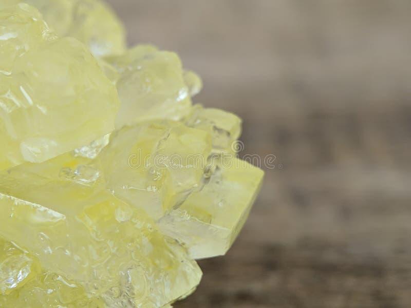 Dettaglio dello zucchero marrone della roccia sul macro colpo fotografia stock