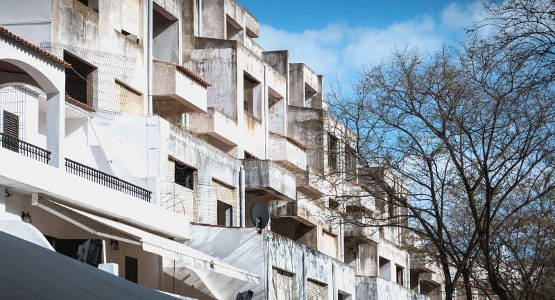 Dettaglio di architettura delle costruzioni turistiche abbandonate nel centro urbano di Albufeira, Portogallo fotografia stock