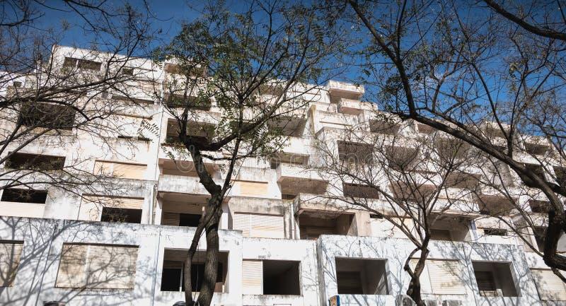 Dettaglio di architettura delle costruzioni turistiche abbandonate nel centro urbano di Albufeira, Portogallo immagini stock libere da diritti