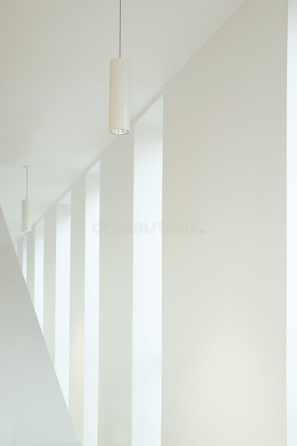 Dettaglio di architettura in un interno bianco Punto di sparizione ed alcune finestre con luce naturale immagini stock libere da diritti