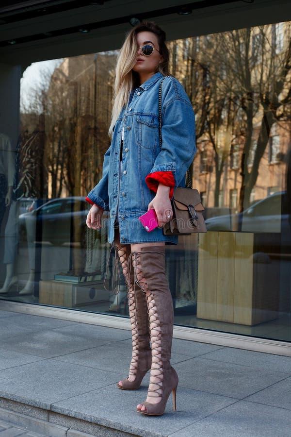 Dettaglio di bella giovane donna con sopra gli stivali del ginocchio immagini stock