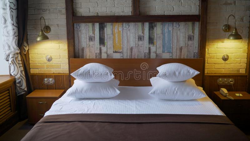 Dettaglio di interior design di una stanza di albergo di lusso Letto in una camera di albergo fotografia stock libera da diritti