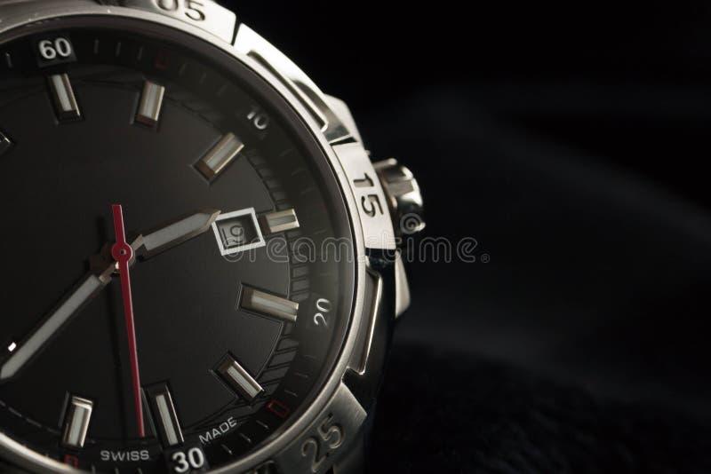 Dettaglio di lusso dell'orologio dell'uomo, alto vicino del cronografo fotografie stock libere da diritti