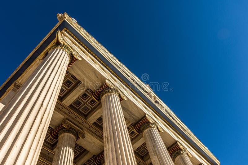 Dettaglio di marmo classico delle colonne sulla facciata di una costruzione fotografia stock libera da diritti