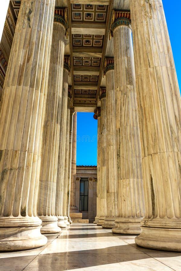 Dettaglio di marmo classico delle colonne sulla facciata di una costruzione immagini stock