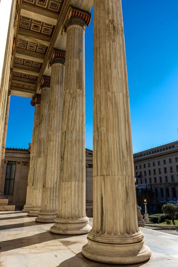 Dettaglio di marmo classico delle colonne sulla facciata di una costruzione immagine stock