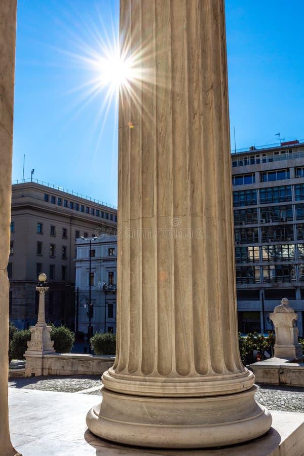 Dettaglio di marmo classico delle colonne sulla facciata di una costruzione immagini stock libere da diritti