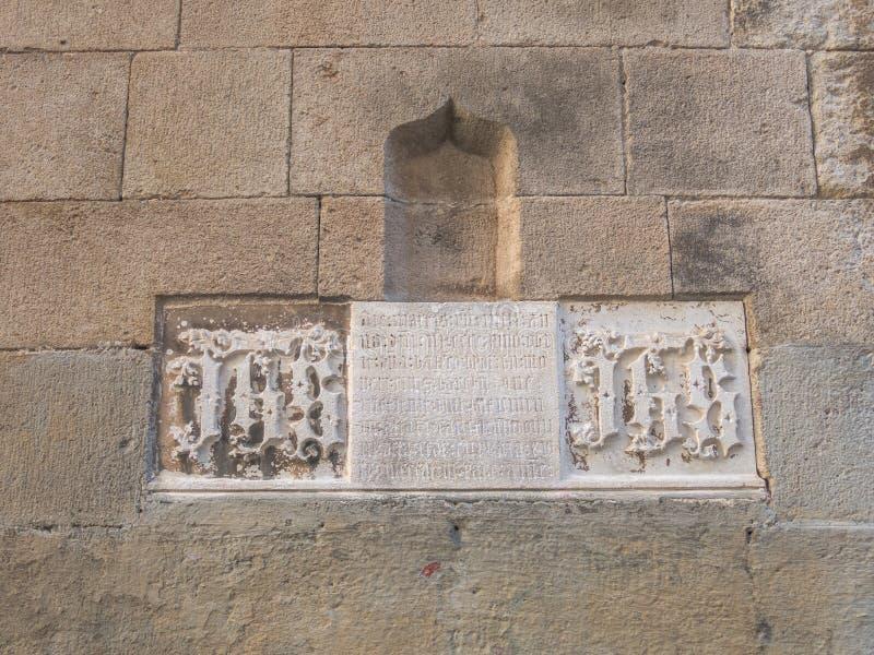 Dettaglio di marmo con scrittura gotica, con un passaggio della bibbia Cattedrale di Barcellona Barcellona, Spagna immagini stock