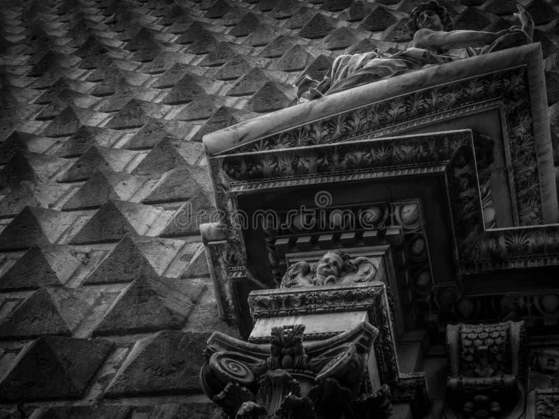 Dettaglio di Napoli della facciata della chiesa di nuovo Gesus fotografia stock libera da diritti