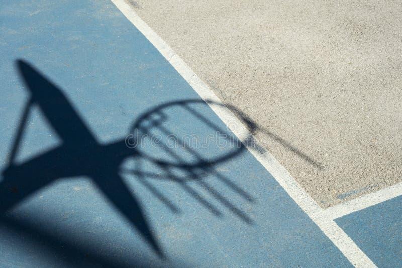 Dettaglio di ombra del cerchio di pallacanestro con la rete del ferro immagine stock libera da diritti
