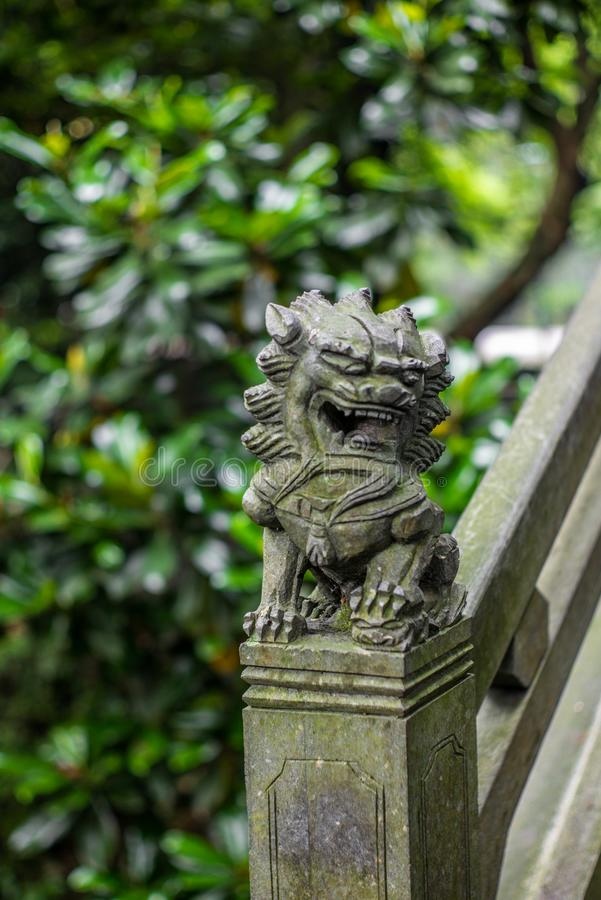 Dettaglio di piccola scultura cinese del leone su un ponte di pietra in un parco in Wenzhou in Cina - 1 fotografia stock libera da diritti