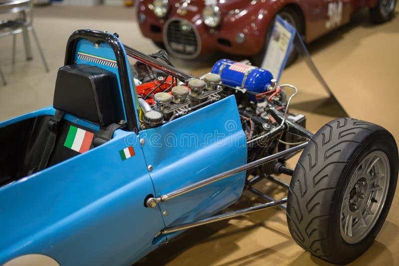 Dettaglio di Seat dell'autista e motore esterno di vecchia vettura da corsa blu fotografia stock libera da diritti