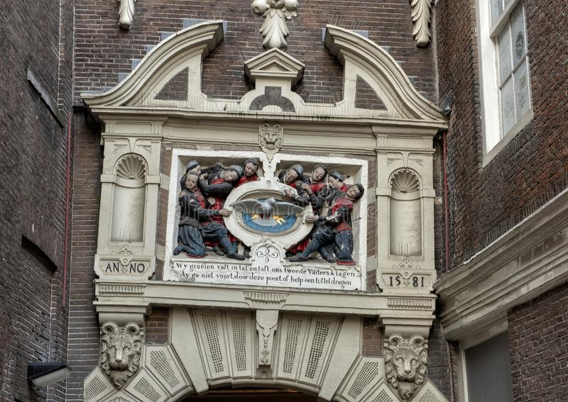Dettaglio di sollievo sopra l'entrata al museo di Amsterdam, Paesi Bassi immagine stock libera da diritti