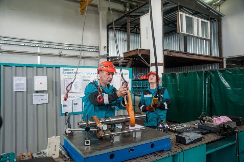 Banco Di Lavoro Meccanico : Dettaglio di trasferimento dei meccanici al banco da lavoro dalla