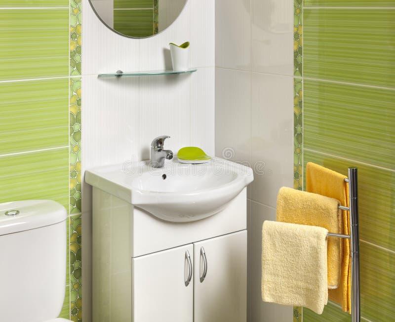 Dettaglio di un bagno moderno verde con il lavandino for Lavandino bagno moderno