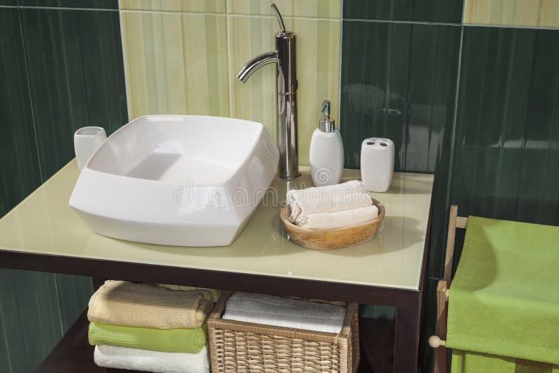 Dettaglio di un bagno moderno verde con il lavandino immagine stock immagine di specchio - Lavandino bagno moderno ...
