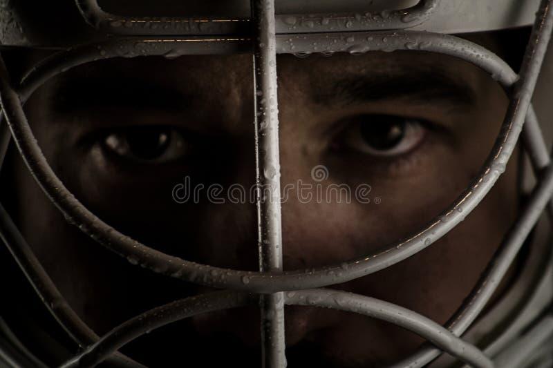 Dettaglio di un fronte maschio in una maschera dell'hockey del portiere fotografia stock libera da diritti