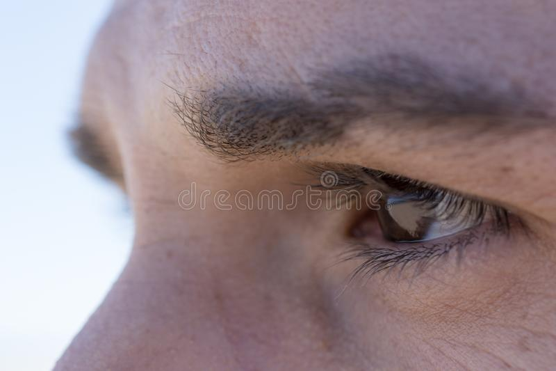 Dettaglio di un occhio del ` s dell'uomo fotografie stock