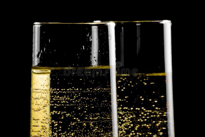 Dettaglio di un paio delle flauto di champagne con le bolle dorate immagini stock libere da diritti