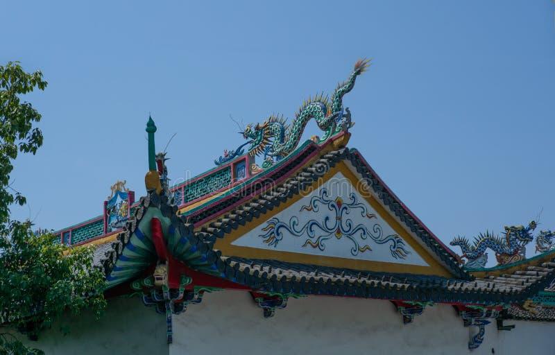 Dettaglio di un tempio di Buddist in Wenzhou in Cina, lanterna, tetto e draghi - 1 fotografia stock libera da diritti