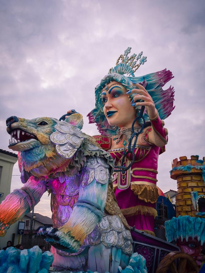Dettaglio di un vagone di carnevale durante la parata allegorica immagini stock libere da diritti