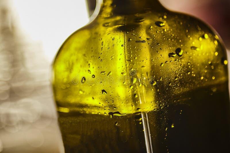 Dettaglio di una bottiglia di vetro verde fotografia stock