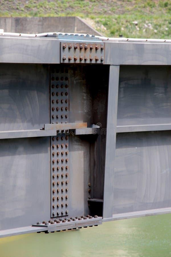Dettaglio di una diga, le travi di acciaio serrate fotografia stock libera da diritti