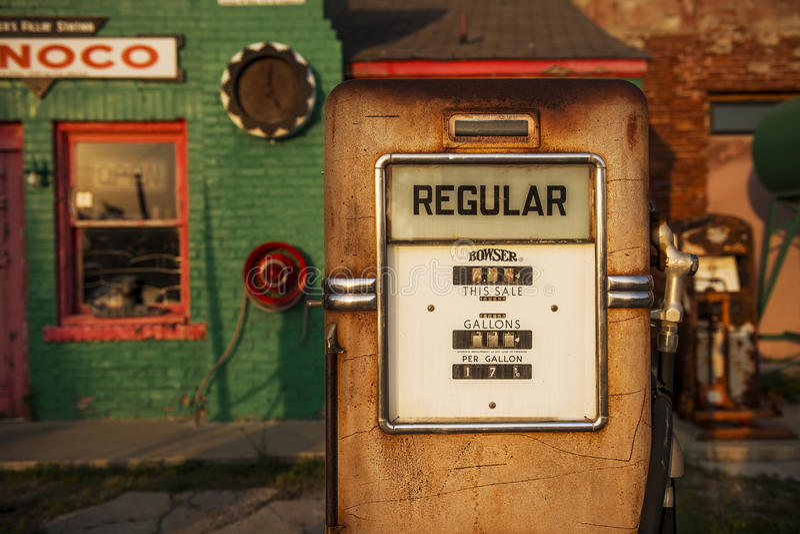 Dettaglio di una pompa di gas in una vecchia stazione di servizio di Conoco del gas lungo Route 66 storico nella città del commer immagine stock