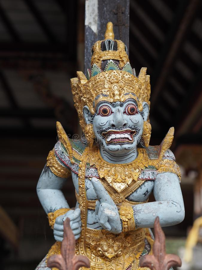 Dettaglio di una statuetta dipinta di Garuda, il dio dell'mezzo uccello dell'mezzo uomo in Bali, Idonesia immagini stock