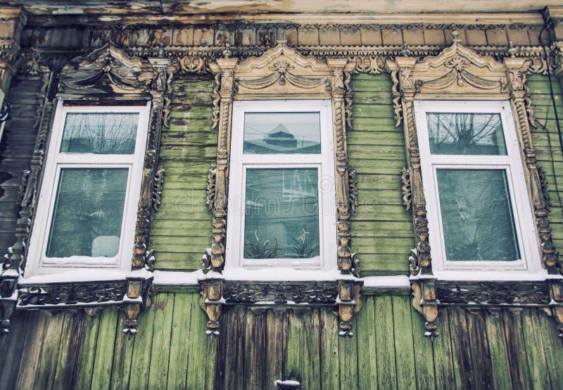 Dettaglio di vecchia casa di legno a Tomsk fotografie stock libere da diritti