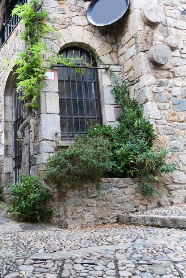 Dettaglio di vecchia casa in una fortezza medievale a Tossa de Mar, Spagna fotografia stock